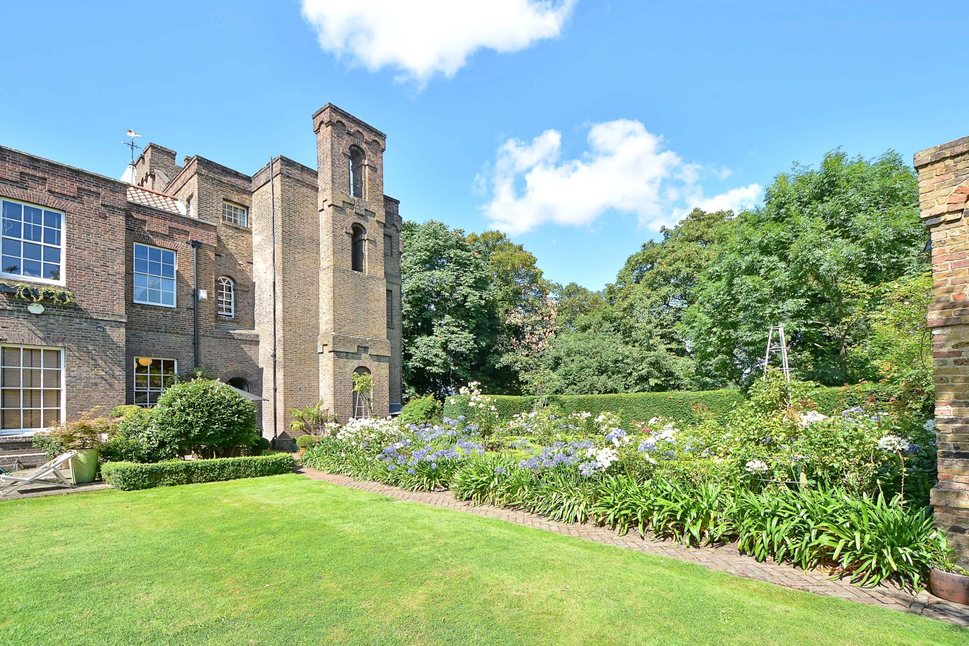 Eight bedroom main manor and a separate four bedroom gatehouse - This Luxury Four Bedroom House Is Part Of The Grade I Listed Vanbrugh Castle Benefits Include Two And A Half Acres Of Communal Gardens And A Stunning