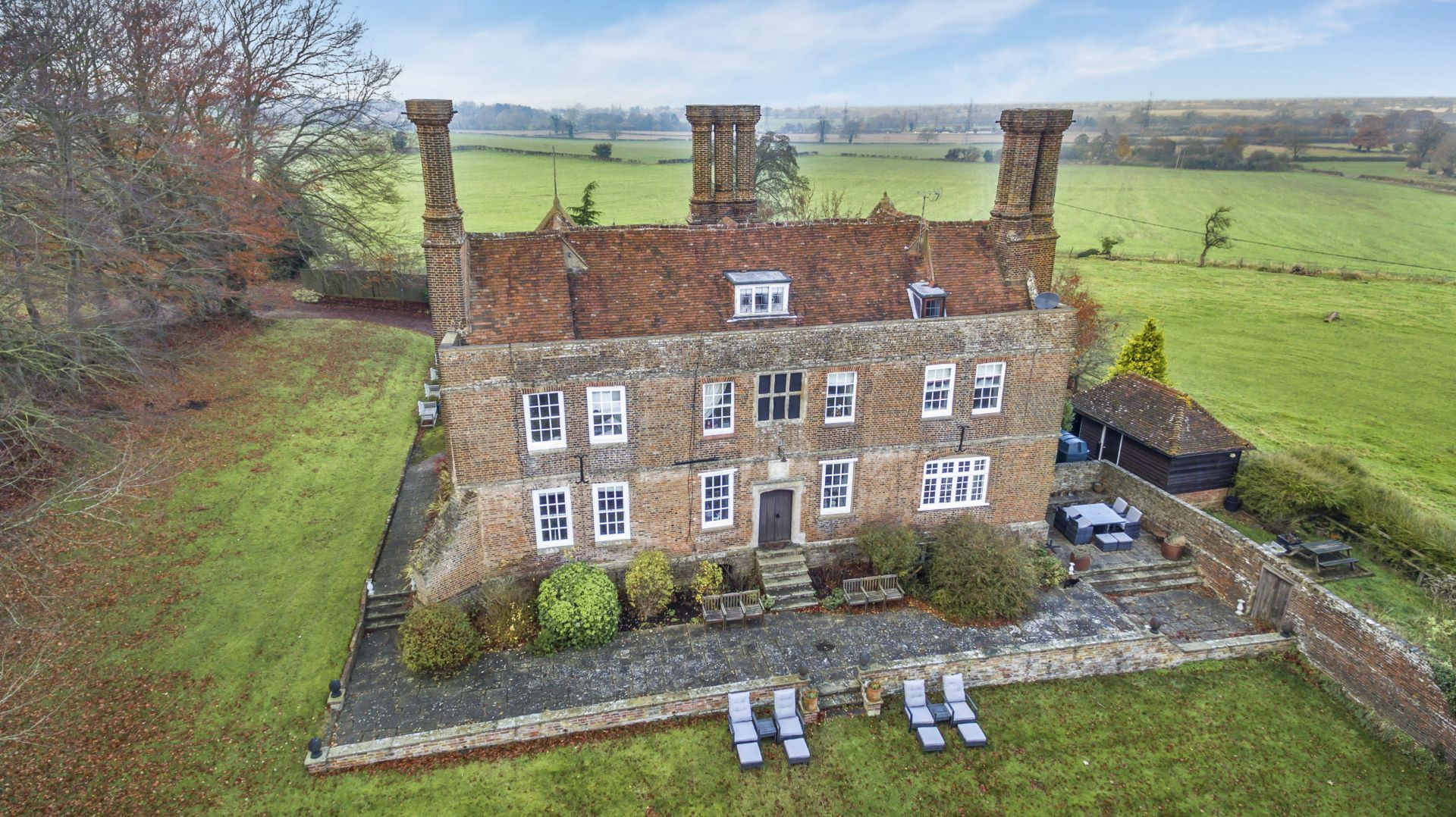Eight bedroom main manor and a separate four bedroom gatehouse - If You Are Looking For A Home With Character This Elizabethan Manor House Should Be On Your Wish List It Has Five Bedrooms And Formal Gardens