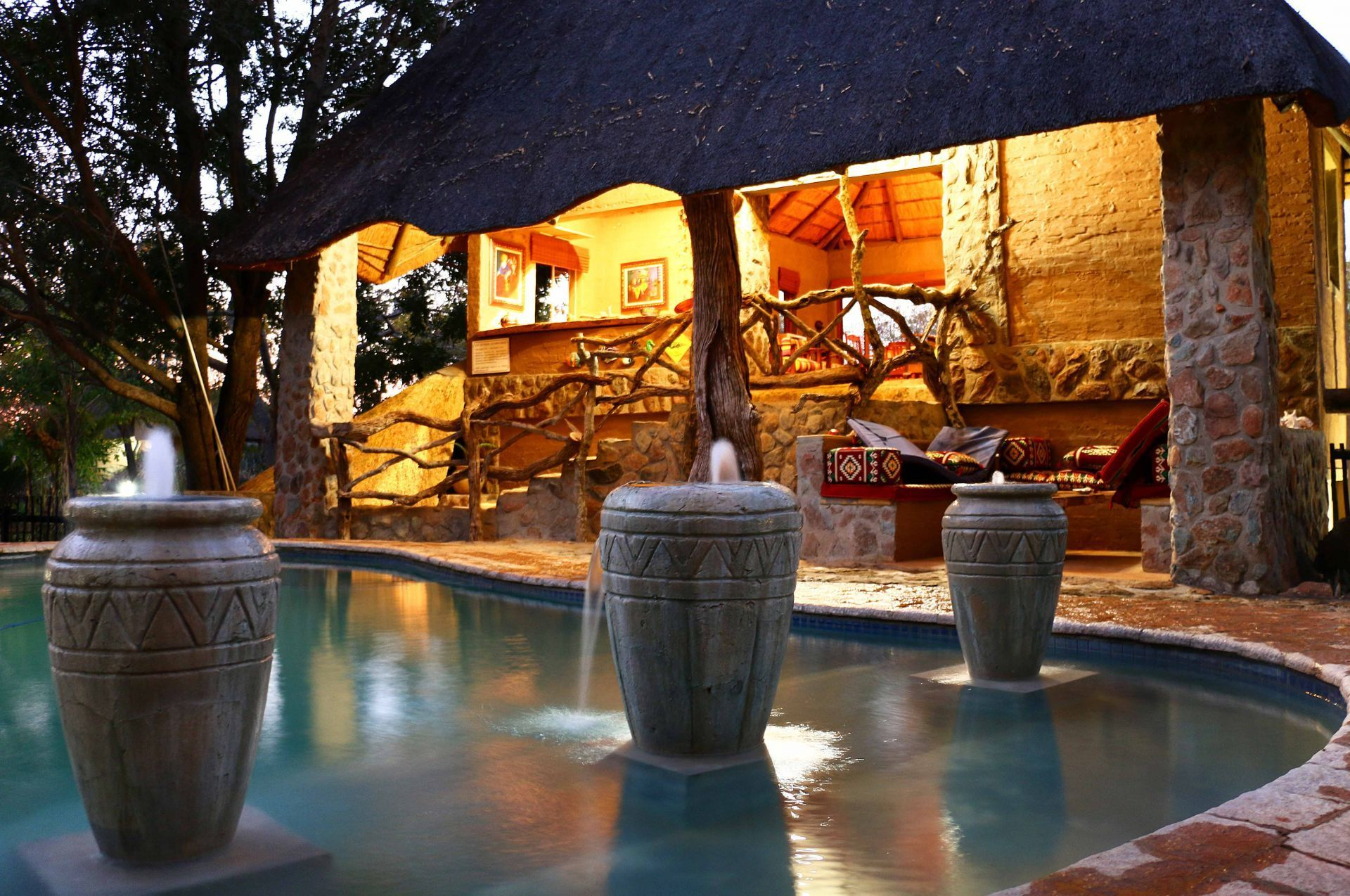 Eight bedroom main manor and a separate four bedroom gatehouse - If You Are Looking For The Ideal Holiday Home To Entertain Your Guests Gravelotte Is The Property For You The Safari Lodge Has Five Separate Chalets