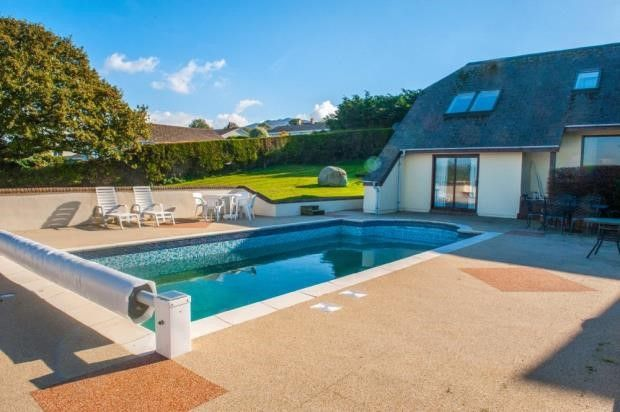 Splash out on these 10 homes with swimming pools blog - Houses in england with swimming pools ...